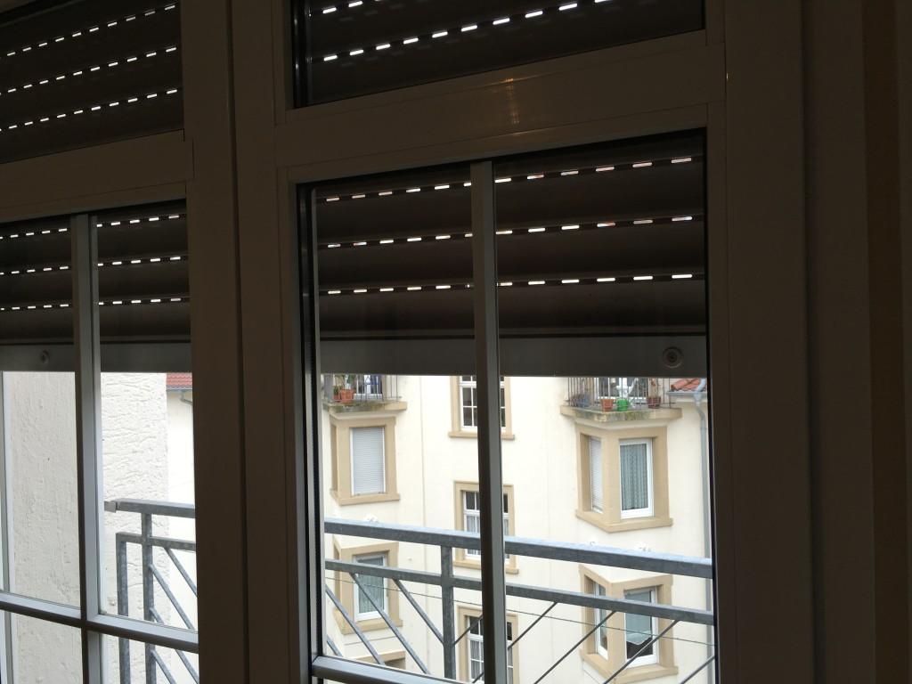 Ein rollo am dachfenster befestigen for Klemmrollo verdunkelung